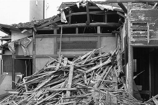 地震倒壊02